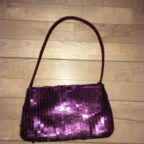 Sjov lille fest taske med lilla palietter. Der er lidt slid på farven enkelte steder (se billeder)