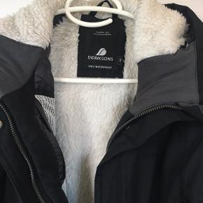 Rigtig lækker vinterjakke fra Didriksons i str. 38 - 100% waterproof. brugt under 10 gange og fremstår som ny. Købt i Spejdersport sidste år.