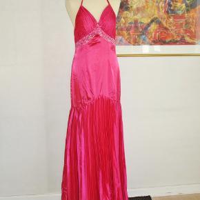 """Mrk.: """"Almas"""" (spansk mærke)  Cherisefarvet galla-kjole m sjal   Galla: Sjal + kjole i smukt havfrue-snit og med """"diamanter"""". Flot plissé både foran og bagpå.  Sjalet er ca. 50 cm x 180 cm  Kjolen: Brystvidde: 47 cm x 2 Vidde under brystet: 38 cm x 2 Længde målt fra midt i V-udskæringen: 143 cm.  Ingen byt, og prisen er fast"""