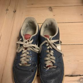 Beskidte og tegn på snørebånd + sko at de har været brugt