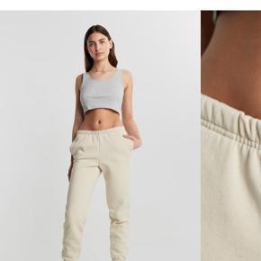Sweatsæt i lys beige. Kun brugt et enkelte par gange. Bukserne er en str. s og hættetrøjen xs. Sættet sælges helst samlet. Sættet er lidt lysere end på det første billede