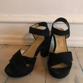 Fine sandaler. Brugt én gang til bryllup. Hæl: 11 cm. Plateau: 3 cm