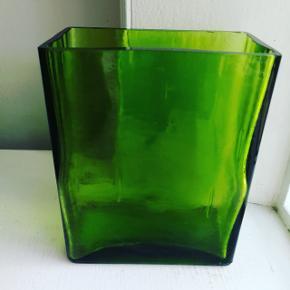 Lækker grøn glasvase 15 cm høj 12 bred og 6 dyb