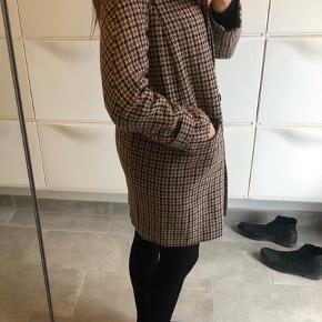 Varm frakke med 54% uld i.  Fejler intet Kan lukkes ved halsen også med en knap