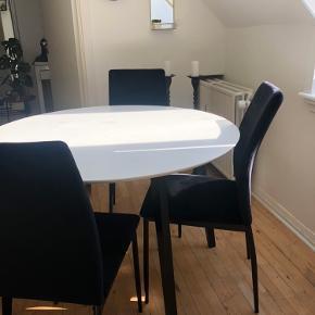 Jeg sælger mit spisebord pga flytning. Det er købt i april måned, og fejler derfor intet. Det har kun meget små brugsridser, næsten ikke noget man ser, men har forsøgt at tage et billede af det. (Billede 3)  Mål: 105 cm  Nypris var 1300 Byd gerne