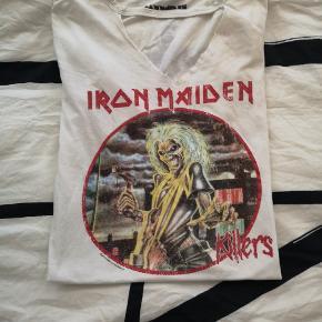 """Fin """"Iron Maiden"""" t-shirt sælges, da jeg desværre ikke får den brugt. Den har været på et par gange, men er stadig i fin stand. ❤️❤️❤️"""