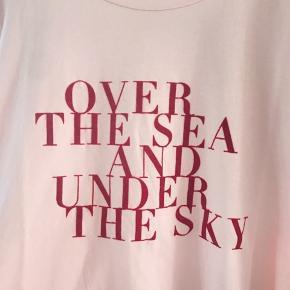 Super lækker t-shirt fra Ichi flot print 100% bomuld. Normal i størrelse og pasform. Brystmål: 55 cm foran og det samme bagpå  Længde: 66 cm Brugt et par gange.  *Kom også gerne med et bud*