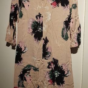 Storblomstret kjole med støvet rosa som baggrund af 100% viskose. Brugt få gange til fester, men jeg får den desværre ikke brugt længere.