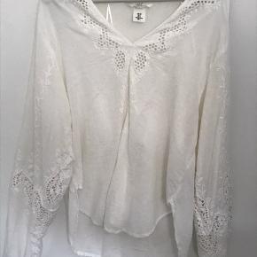 STR 36 fin hvid bluse med broderi - passes af en str 36-38.