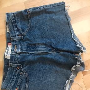 De klassiske levis shorts i denim blå Fejler intet, skriv for flere billeder  Se også mine andre annoncer