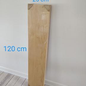 Ahorn hylde sælges for 100 kr. (Ny pris 399)  Har aldrig været pakket ud eller brugt.  Målene er 120x25  Sendes ikke, men kan hentes i Gråsten.