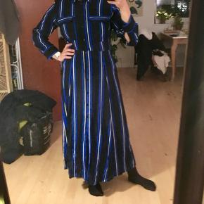 Fin blå-stribet kjole fra Mango - kun brugt en gang til en fest. Jeg har klippet mærket ud hvor der stod hvad den var lavet af, da det irriterede i siden, så jeg kan desværre ikke sige hvad den er lavet af, men det er ikke polyester.