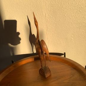 Fin træ fugl 30 cm høj   Er limet på det ene ben ellers rigtig fin                 Mp 175kr  Til salg på flere sider