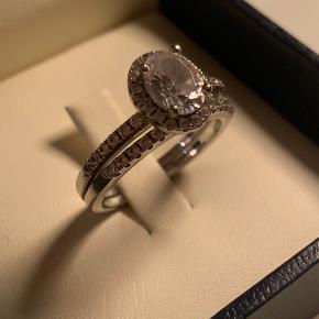 Abelstedt Royal ring i sølv med facetslebne krystaller. Ringstørrelse 58. Købt i august 2018 og brugt kun ved festlige lejligheder. Derfor fremstår som ny.  NP 1.145.