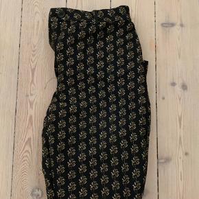 Fine habit stumpe bukser fra H&M. Sælges da jeg desværre ikke kan passe dem mere.  De har nogle rigtig fine sølv og guld detaljer