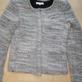 ff5c401efdb Varetype: Bouclé jakke Farve: Lys grå Oprindelig købspris: 2200 kr.