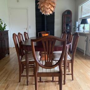 Hepplewhite mahogni spisebord med 3 tillægsplader og 8 stole. Bord uden plader, 138x99, med plader 330 cm. Plader 55 cm.  Nypris pr stol. 5200kr alene. En enkelt lille ridse i bordpladen ellers ingen brugsspor!