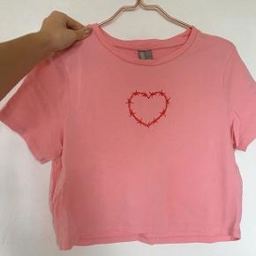 - lyserød, lidt cropped t-shirt med pigtrådshjerte  - brugt én gang - str. 44 - men fitter snildt mindre