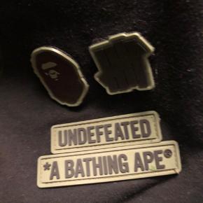 Sælger 3 forskellige bape ting. 1. Bape purple camo College hoodie ss19 Str. M Cond 7-8, gået med en del, men i nær perfekt stand efter en god vask Bin pris: 1700kr, eller byd Lowest ask på stockx er 800$ 5600 ish kr OG : kun pose Ny pris: 2600kr 2. Bape Grey Tiger fullsip hoodie Str. M Cond 7, fået med en del, og hættens syninger er ikke hvad de har været Intet OG, men købt i brandcollect i Japan.  Bin pris: 1700kr, ellers byd Ny pris: 4000kr  3. Bape x undefeated shark shorts Str. Xl, men fitter mindre Cond 7, der er nogle syninger der burde sys om. Intet OG Bin pris: 1000kr, ellers byd Ny pris: 2200  Trades er også velkomne :) Check min profil for resten