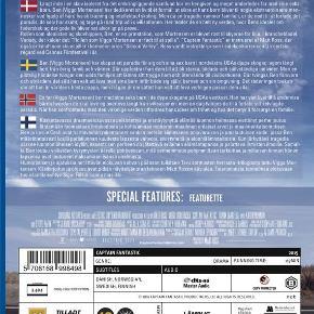 2344 - Captain Fantastic (Blu-ray)  Dansk Tekst - NY  Film er ny men er ikke i folie   Captain Fantastic  Langt inde i en skov isoleret fra det omkringliggende samfund bor en hengiven og meget anderledes far med sine seks børn. Ben (Viggo Mortensen) har dedikeret sit liv til ét formål: at sikre, at hans børn bliver til nogle ekstraordinære mennesker ved hjælp af hård fysisk træning og intellektuel skoling. Men da en tragedie rammer familien, er de nødt til at forlade det paradis, de selv har skabt, og tage på et road trip ud i civilisationen. Her møder de en helt ny verden, hvor Bens idealer om faderskab og det gode liv bliver sat alvorligt på prøve.  Tekst fra pressemateriale