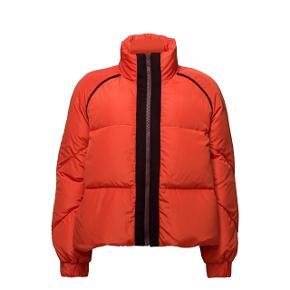 Smuk jakke fra ganni - den er brugt meget få gange sidste år, så den fremstår som ny. Det er muligt at lukke jakken til inden under, så den er generelt dejlig varm.   Mindstepris 550kr. 🌸  Kan afhentes på Nørrebro (eller evt. Teglholmen hverdage mellem 8-16)
