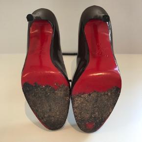 Brown pattern leather Christian Louboutin stiletter  Str. 39 Hæl 12cm Røde støvposer medfølger  Flere billeder kan sendes.   Kan afhentes i Kbh K. Sender gerne, køber betaler porto.