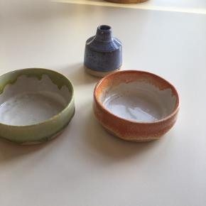 Meget smuk keramik fra Keis & Fiedler. Lille blå vase kr 175+ 2 små skåle, lille lysfad, smykkeskål eller andet. Minder meget om skåle og kopper fra Anders Arhøj, med de typiske 'glasur-deller' :-) Kr 250/stk  Kun stået til pynt her. Fast pris.  Sender gerne mod porto.