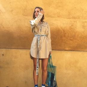 Lækker skjorte kjole fra Envii, str L. Brugt få gange Første billede lånt af @tippiemaya på Instagram  Den fremstår lidt mørkere end på billederne. Foretrækker ikke at tage billede med den på da den er for stor til mig og derfor ikke er flatterende :)   Pris er fast