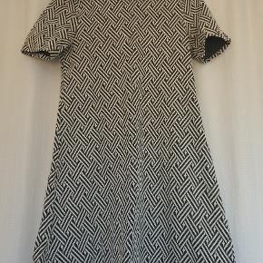 Kjole med sort og hvidt flet mønster fra divided.