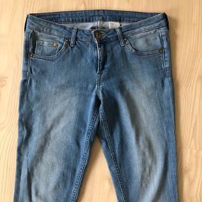 Lækre jeans/ Bukser model: Super Skinny Low waist.   Mærke: HogM/ H&M.  Størrelse: 29/32.  Stand: God men brugt.  Nypris: 300 kr.  Pris: 35 kr.   Sender gerne med Postnord, Gls og Dao.
