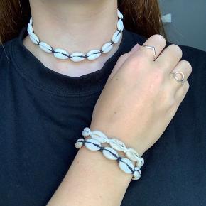 Muslinge smykker sælges  50kr for armbånd  60kr for ankelkæde  75kr for halskæde  40kr for armbånd med en musling