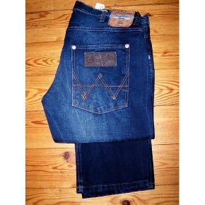 Helt nye flotte jeans fra Wrangler, model Spencer, slim fit.  Størrelsen er W 32, L 36.