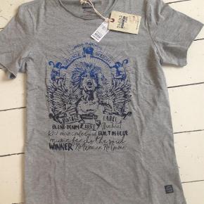 Varetype: T-shirtFarve: Grå Oprindelig købspris: 130 kr. Prisen angivet er inklusiv forsendelse.  Se også mine andre annoncer og Byd. Sælger billigt ud