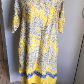Smuk gul kjole fra Masai - brugt en gang og vasket. Kjolen er en xsmall men Masai mærket er et stort og rummeligt mærke, derfor kan størrelsen stort set passe alle størrelser. Matrialet er viscose