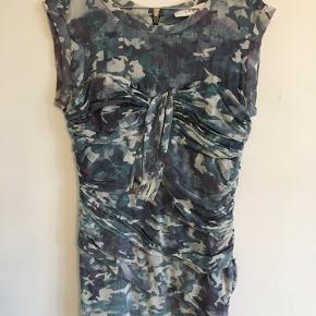 Vanvittigt smuk og sexet kjole med draperende detaljer. Desværre har jeg kun fået den brugt en enkelt gang.  Der er noget stof, som har løsnet sig (se billede) og det kan sagtens syes fast igen uden at man ville kunne se det.