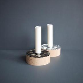 Sæt af 2 Geostar lysestager i rå bøg med akryl i sølvspejl og bronzespejl fra Umlaute. Diameter: 9,5 cm  Højde: 3,3 cm Nye og i æske