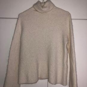 Sælger denne strik fra & other stories Den er lavet af uld og derfor rigtigt dejlig varm Den er aldrig brugt da det var et fejl køb
