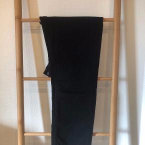 Jeg sælger disse lækre Acne bukser. De er kun brugt én gang, og fremstår derfor som helt nye. Der er ingen tegn på slid, og den sorte farve er på ingen måde falmet.  Størrelsen og modellen hedder: River Stay Black 30O176-178  Jeg kommer fra Kolding, så vi kan entes møde i Kolding og omegn, eller lave en aftale om, at sende produktet!