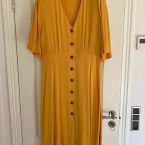 Lang kjole fra Gina Tricot i str. 42. Køber betaler fragt.