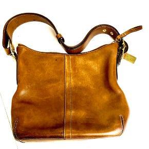 24 x 27 cm, bought at coach CA. Original glove leather, gorgeous shoulder bag.