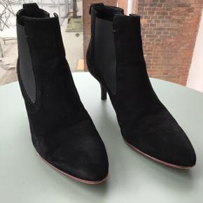 Rigtig fede ruskinds støvletter med rød sål og elastik. Brugt få gange.  Hælhøjde er 7 cm  Nypris 1300 kr.