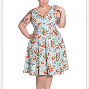 Rigtig sød swing kjole med æbler :) Mål: Bryst : 121,5cm Talje : 109,5 cm