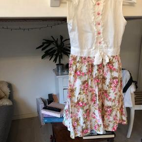 Sød vintage kjole fra Paris med lynlås i ryggen, pink knapper, blomster mønster i brun, orange, pink og grøn. Købt på TS af en anden sælger men den bliver desværre for lille. Passes af XXS og XS.