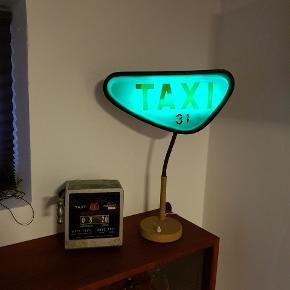 Gammelt taxa skilt, lavet til en fed lampe. Gammelt taxameter, virker og er stadig plumberet. Dekorativt Pris 750 kr stykket (lampen er solgt)