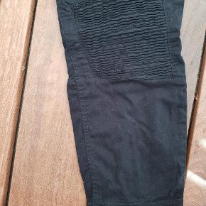 Lækre sorte bukser med fede detaljer 🤩 Køb for 200kr eller mere og jeg betaler fragten ✌😊