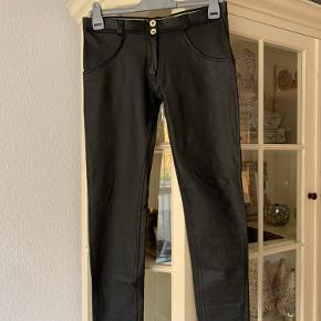 Freddy str M Læder look , Regular waist  Kun prøvet, ellers hængt i skabet  Pris er plus evt Porto :)