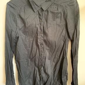 Sort, standard bomuldsskjorte. Fejler intet, udover at den helt klart trænger til at blive strøget 🙄   Ps Jeg bytter gerne, hvis du har noget spændende 🕵🏻♀️