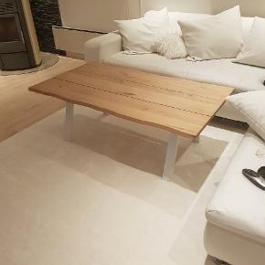 Sofabord, egetræ, b. 75 l. 135 h. 47 rigtig flot sofabord, har kun haft den 3 mdr. Grundet jeg sælger den, at jeg har købt et der er større.