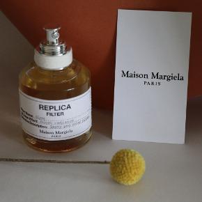 Fantastisk duft fra Maison Margiela - brugt meget lidt.  Glow forhøjer stråleglansen i din duft. Den vækker mindet af den varme stemning fra en solrig eftermiddag. Duften lyses straks op af solens friske stråler. Noter af neroli, grapefrugtblomst, bergamot og rose absolute er med til at skabe et uforglemmeligt duftslør.  NB! Dette er en olieparfume, hvilket betyder at det kan efterlade pletter på dit tøj hvis du sprøjter tæt på.  NB. Mere sød end citrus, minder mig om SG79 no.1.  50ml. Made in France.   Sendes med DAO eller afhentes på Borups Allé.