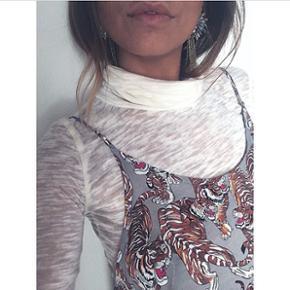 Sælger dette sæt. Separat rullekravebluse. Og smuk lang kjole med stropper i flot print tigerprint, også mega smart under en lækker lang strik.